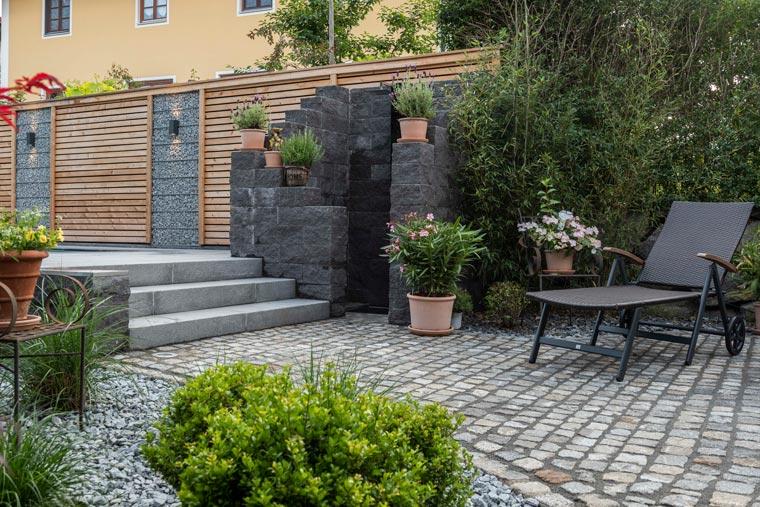 Garten mit Treppe, Mauer und Sitzfläche