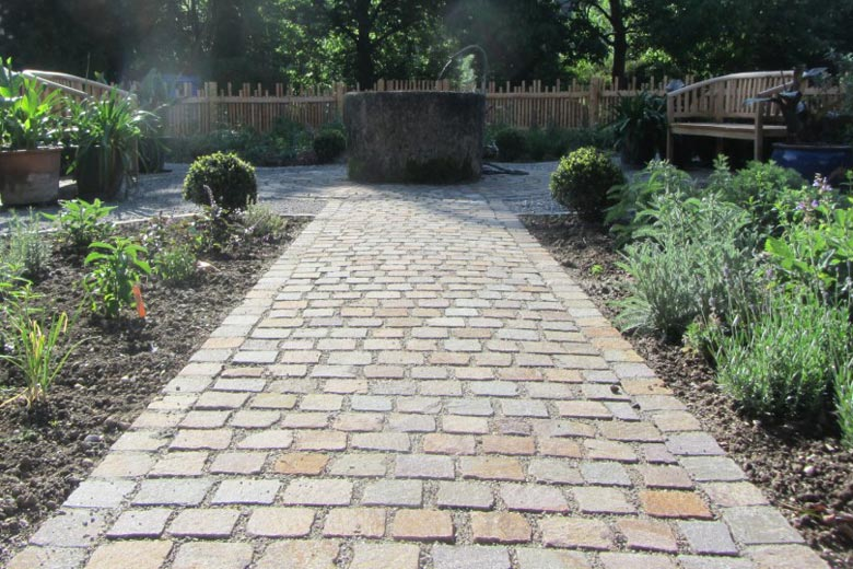 Gepflasterter Weg im Garten